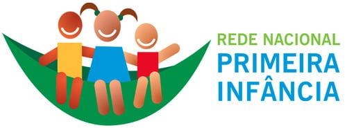 """Desenho mostra três crianças sentadas em uma rede verde. Ao lado direito escrito """" Rede Nacional Primeira Infância"""""""