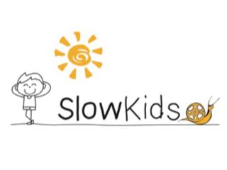 Logo com o desenho de uma criança tomando sol e um caracol. Texto na imagem: SlowKids