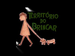 Logo com o desenho de uma criança arrastando um carrinho de brinquedo. Texto na imagem: Território do Brincar