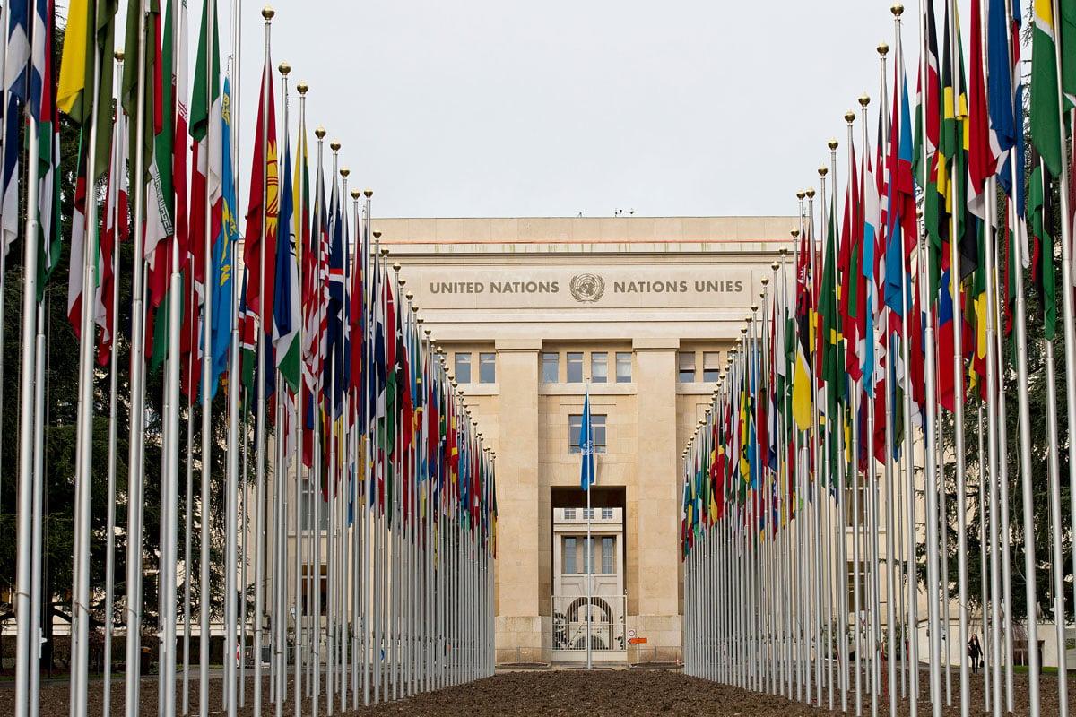 Corredor cercado por bandeiras de todos os países, levam até a sede das nações unidas.