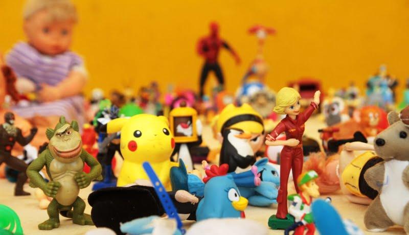 Foto mostra vários brinquedos de personagens famosos em cima de bancada