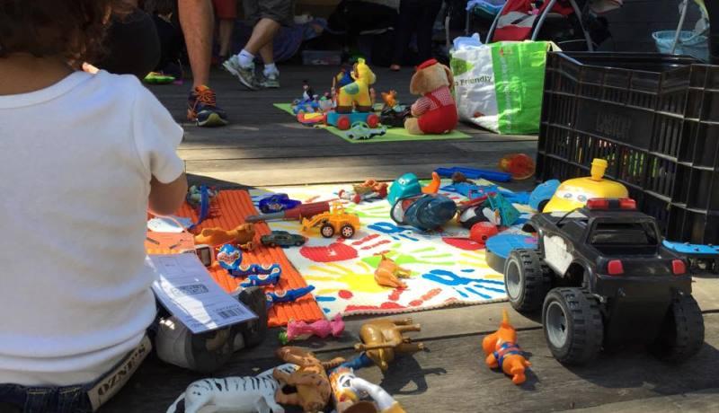 Tapete colorido com brinquedos em espalhados por cima.