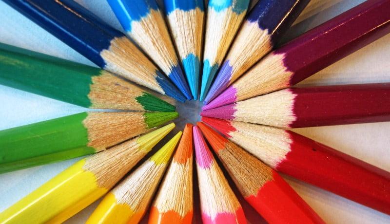 Lápis coloridos juntos formando um circulo.