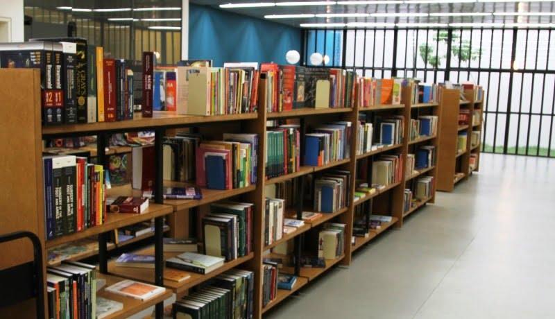 Foto da biblioteca do Espaço Alana mostra livros organizados em uma estante comprida