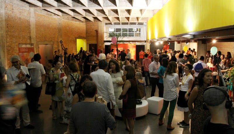 Foto do evento celebrando 10 anos do Criança e Consumo mostra várias pessoas em um espaço de São Paulo