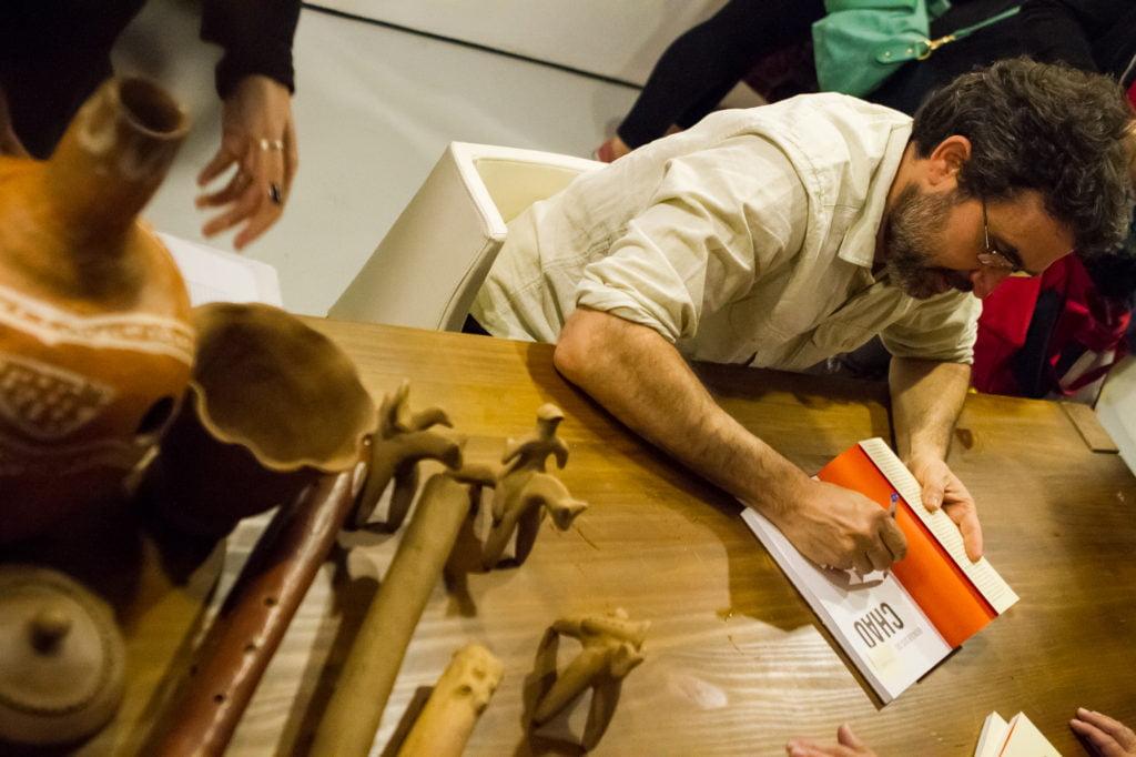 Sessão de autógrafos do livro 'Brinquedos do Chão' com o autor  Gandhy Piorski (Foto: Rodolfo Goud)