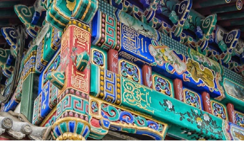 Detalhes de uma construção chinesa, cheio de cores e símbolos.