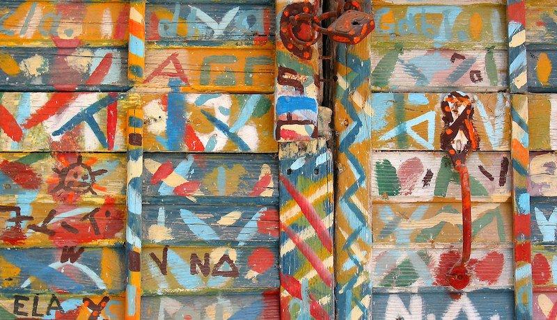Close de madeiras ilustradas com desenhos coloridos.