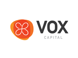 Logo com o desenho de um círculo e uma flor de quatro pétalas. Texto: Vox Capital