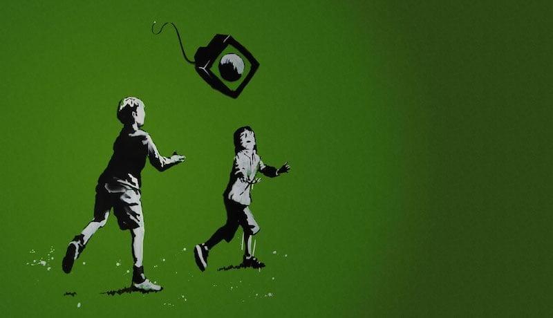 Ilustração mostra dois meninos correndo atrás de uma televisão voadora.