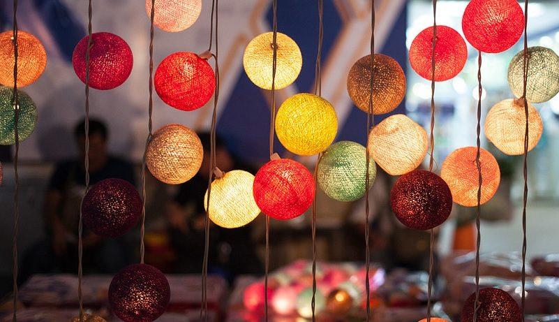 Cortina feita com pequenas luminárias coloridas que enfeitam um ambiente.