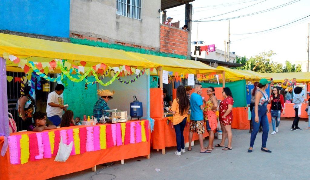 """Barracas de comes e bebes do """"Arraial da Comunidade"""" -  Foto: Márcia Duarte e Walmir Inácio."""