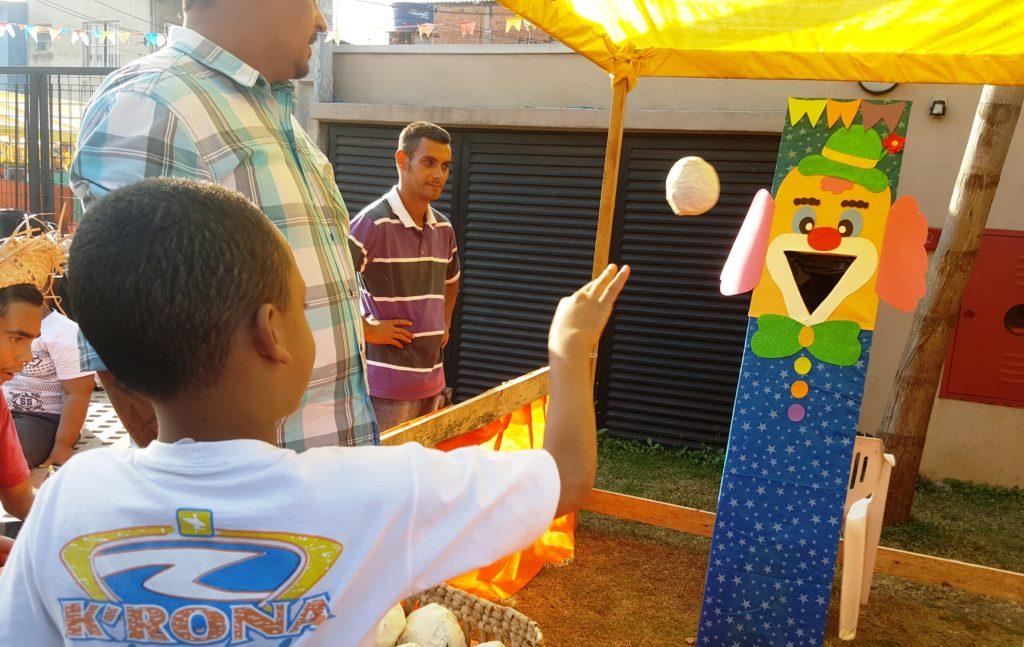 """Brincadeiras típicas de festa junina no """"Arraial da Comunidade"""" -  Foto: Márcia Duarte e Walmir Inácio."""