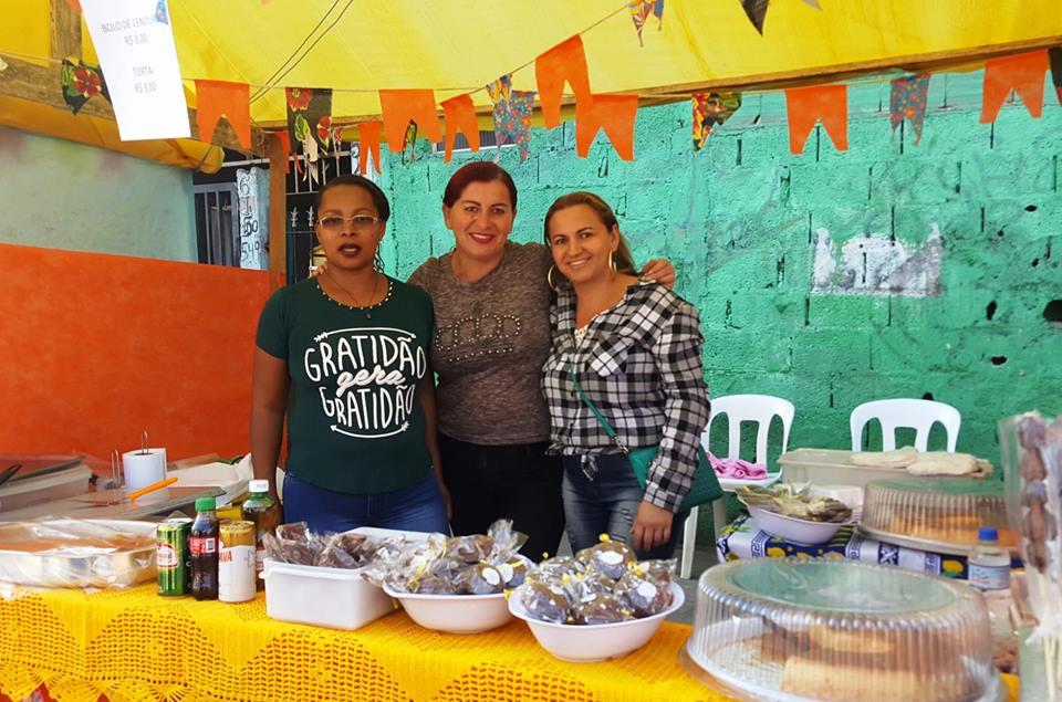 """Barraca de comes e bebes com moradora do Jd. Pantanal no """"Arraial da Comunidade"""" -  Foto: Márcia Duarte e Walmir Inácio."""