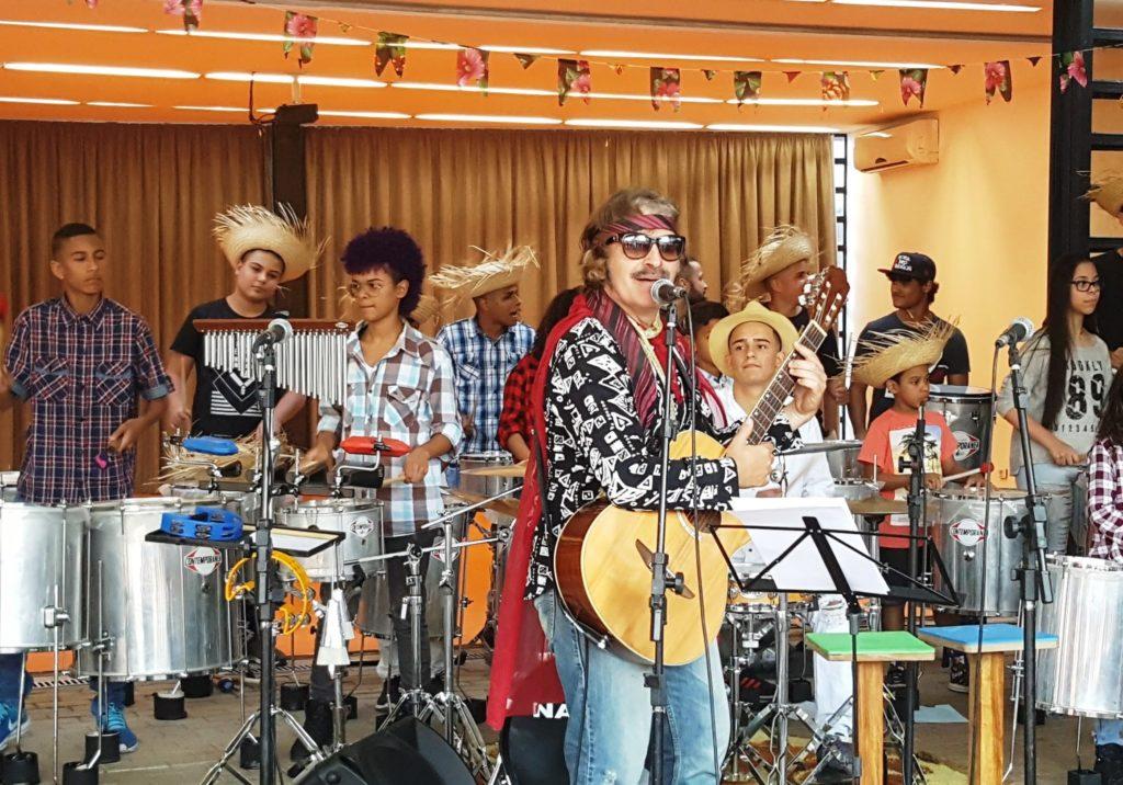 "Artista Virbel e Banda Alana no ""Arraial da Comunidade"" -  Foto: Márcia Duarte e Walmir Inácio."