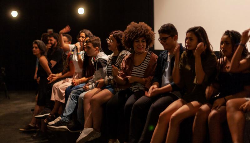 Foto da estreia do documentário Eleições mostra vários adolescentes sentados