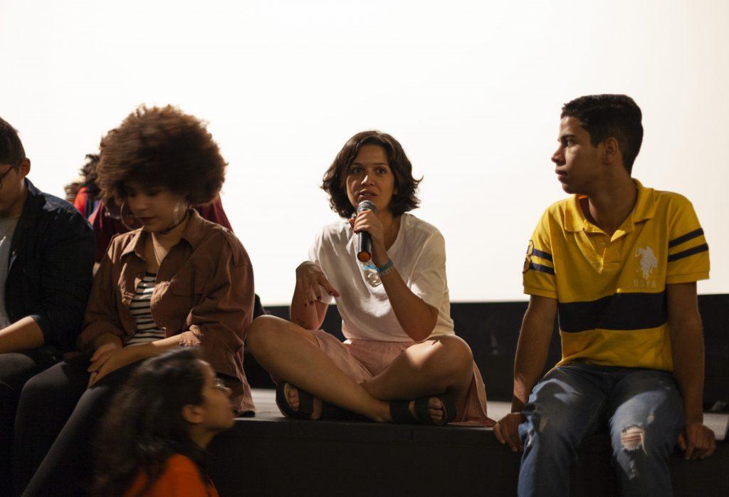 """Alice Riff fala um pouco sobre o filme """"Eleições"""", no evento de lançamento. Foto: Natalia Tonda."""