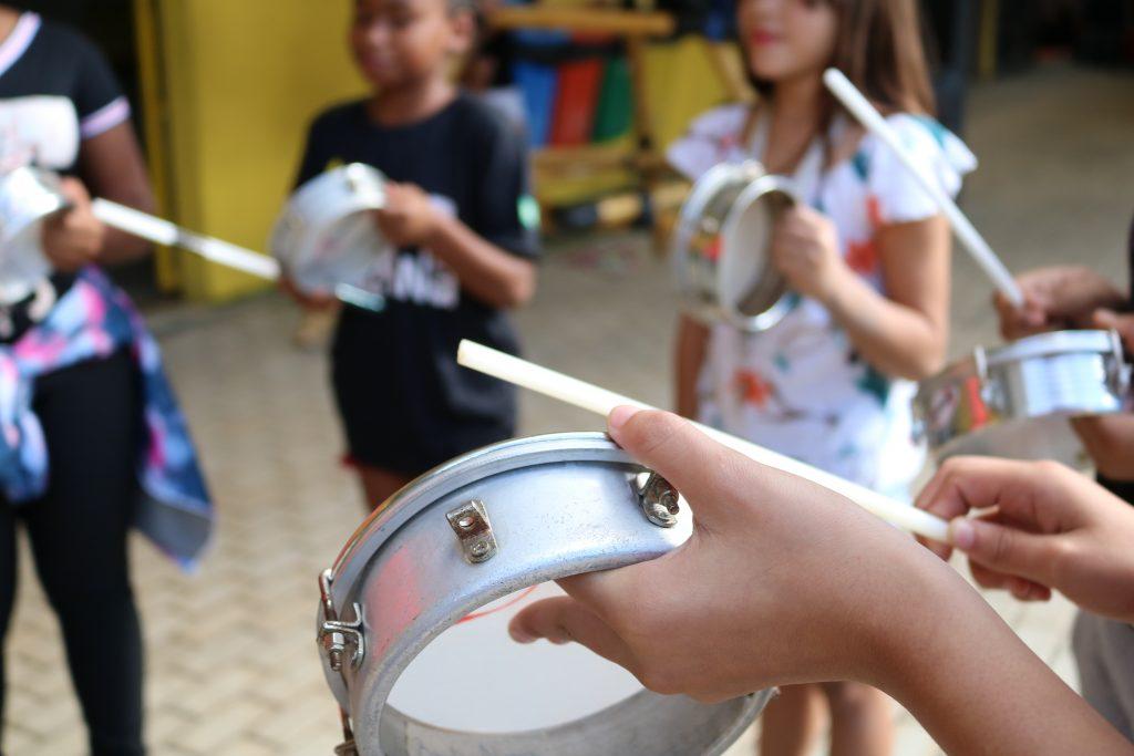 """Espaço Alana comemora """"O brincar que abraça a diferenças"""" na Semana Mundial do Brincar."""
