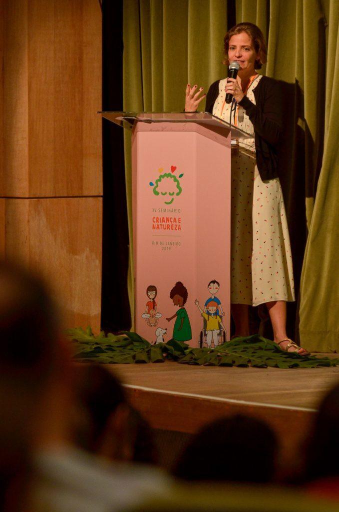 """Laís Fleury no """"Seminário Infâncias e Naturezas, um olhar para a diversidade social e ambiental""""."""