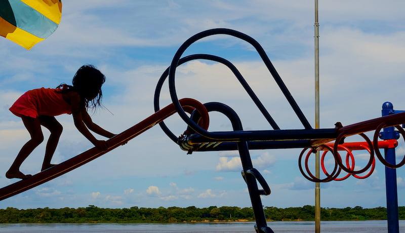 Conanda. São Félix do Araguaia MT 05 05 2018 As margens do rio Araguaia no Mato Grosso um dos mais belos e importante do Brasil crianças brincam em playgrond.