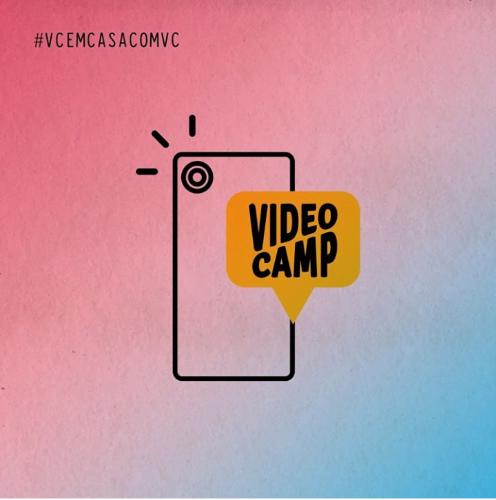 no centro da imagem há a Ilustração de um celular com o logo do videocamp em um balão de fala amarelo. No canto superior direito da imagem está escrito #VCEMCASACOMVC
