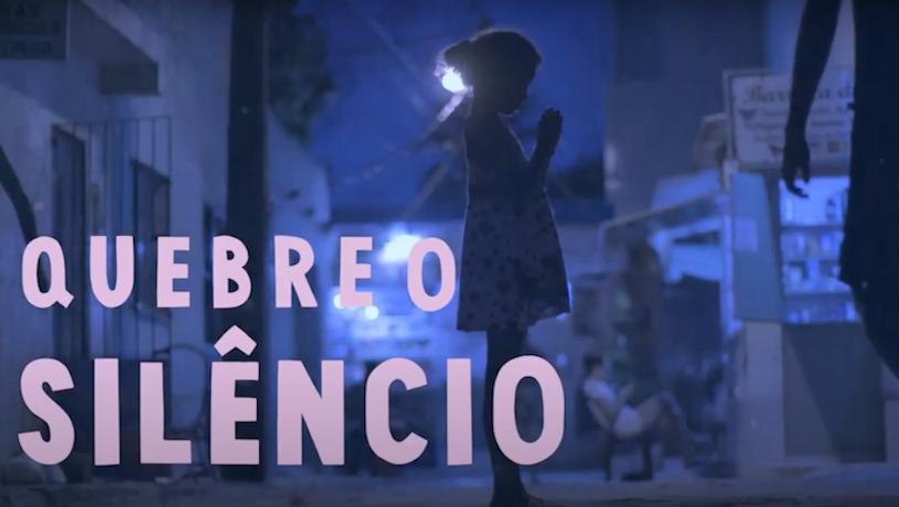 Foto de menina na rua olhando para as mãos. Representa a exploração sexual infantil. Texto na imagem: quebre o silêncio