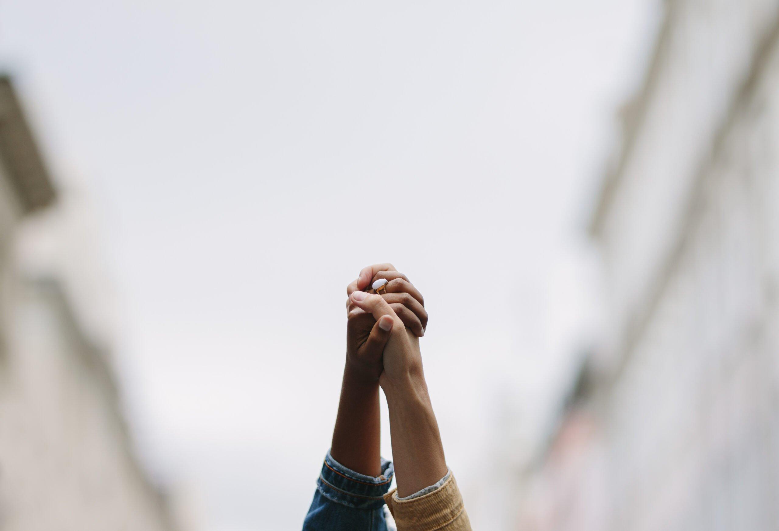 Foto mostra duas mãos erguidas juntas